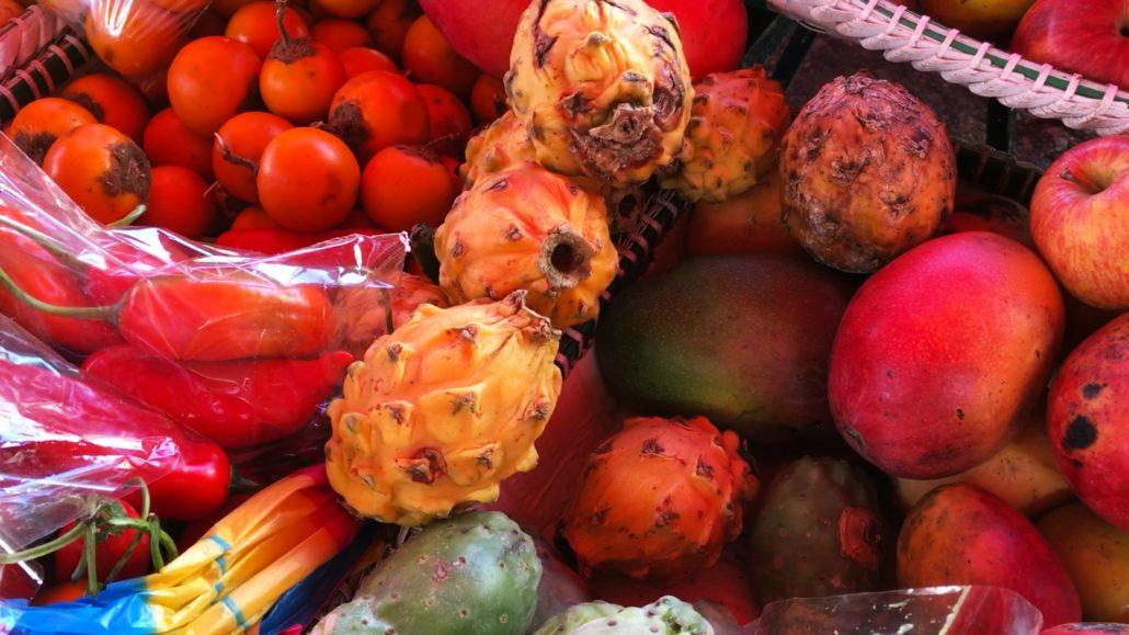 Pitahaya (Dragon Fruit) Mercado 27 de Febrero Cuenca Ecuador